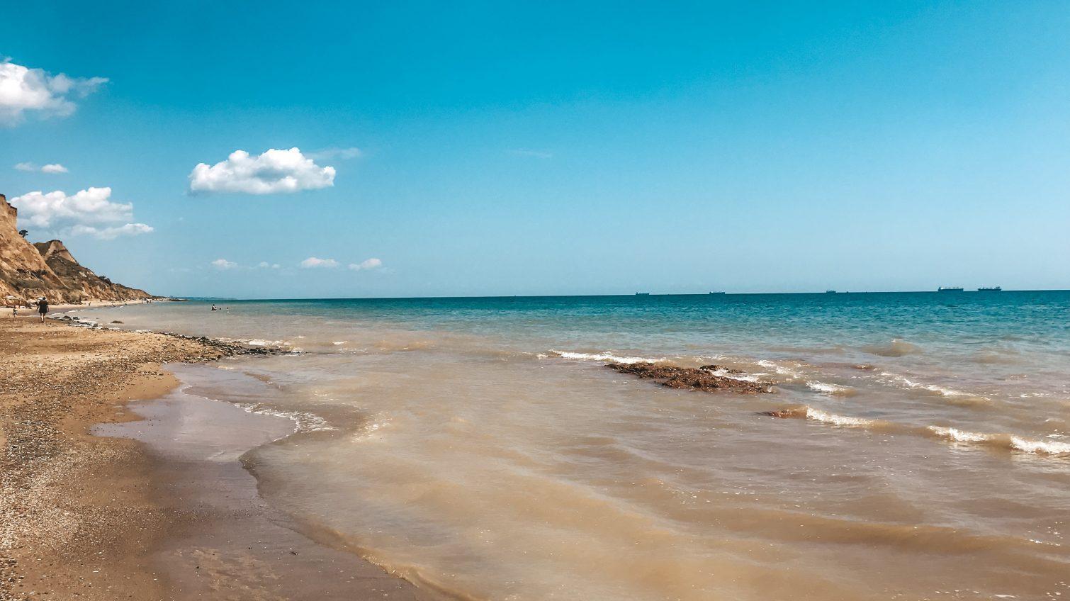 После сильных ливней морская вода в Санжейке перемешалась с глиной (фоторепортаж) «фото»