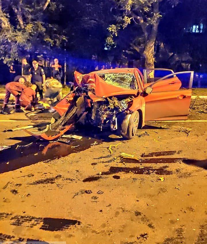 В Черноморске иномарка на всем ходу влетела в дерево: двое пострадавших (фото) «фото»