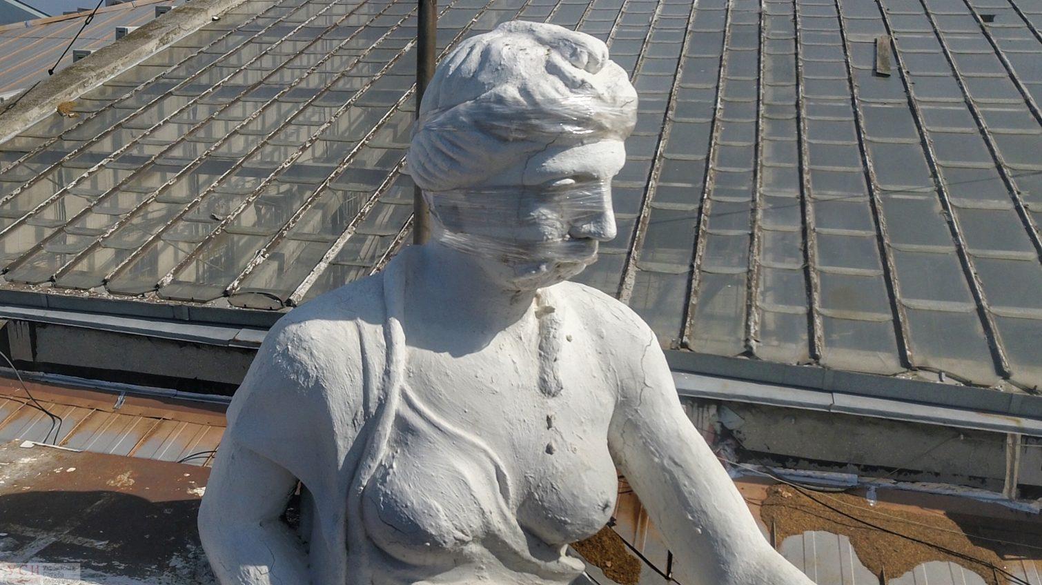 Мэрия: скульптуру «День и ночь» на здании горсовета повредил дрон. Операторы дронов говорят — это невозможно (фото) «фото»