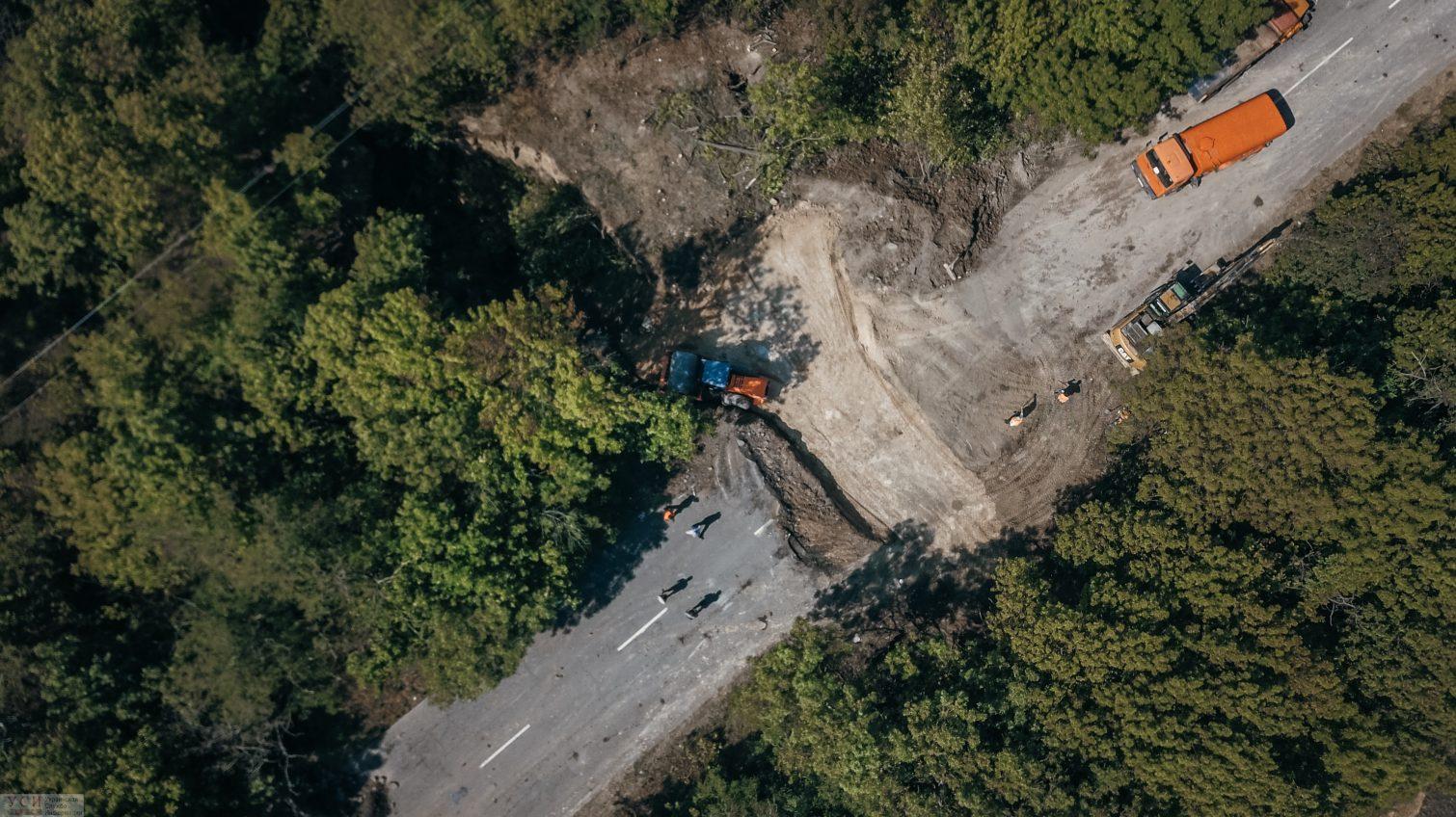 Последствия стихийного бедствия: масштабное обрушение трассы под Одессой (фото, видео) «фото»