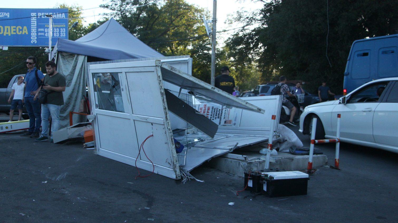 Одесситы снова снесли шлагбаум на 13-й Фонтана: на этот раз вместе с будкой (фото) «фото»