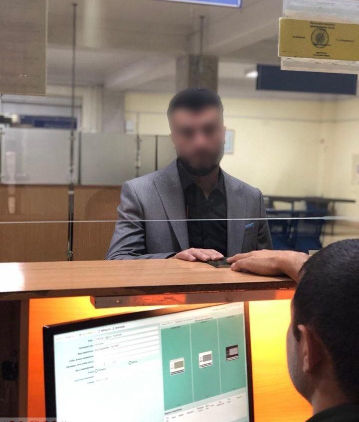 Двух иностранцев задержали в Одесском аэропорту: хотели улететь в Прагу по поддельным загранпаспортам (фото) «фото»