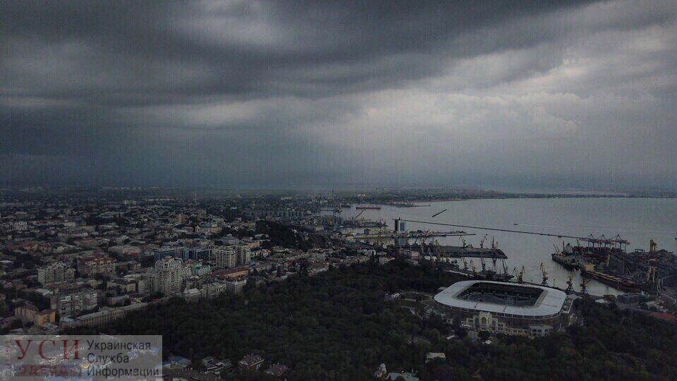 Стихиное бедствие в Одессе: на город обрушился ливень (прямая трансляция) «фото»