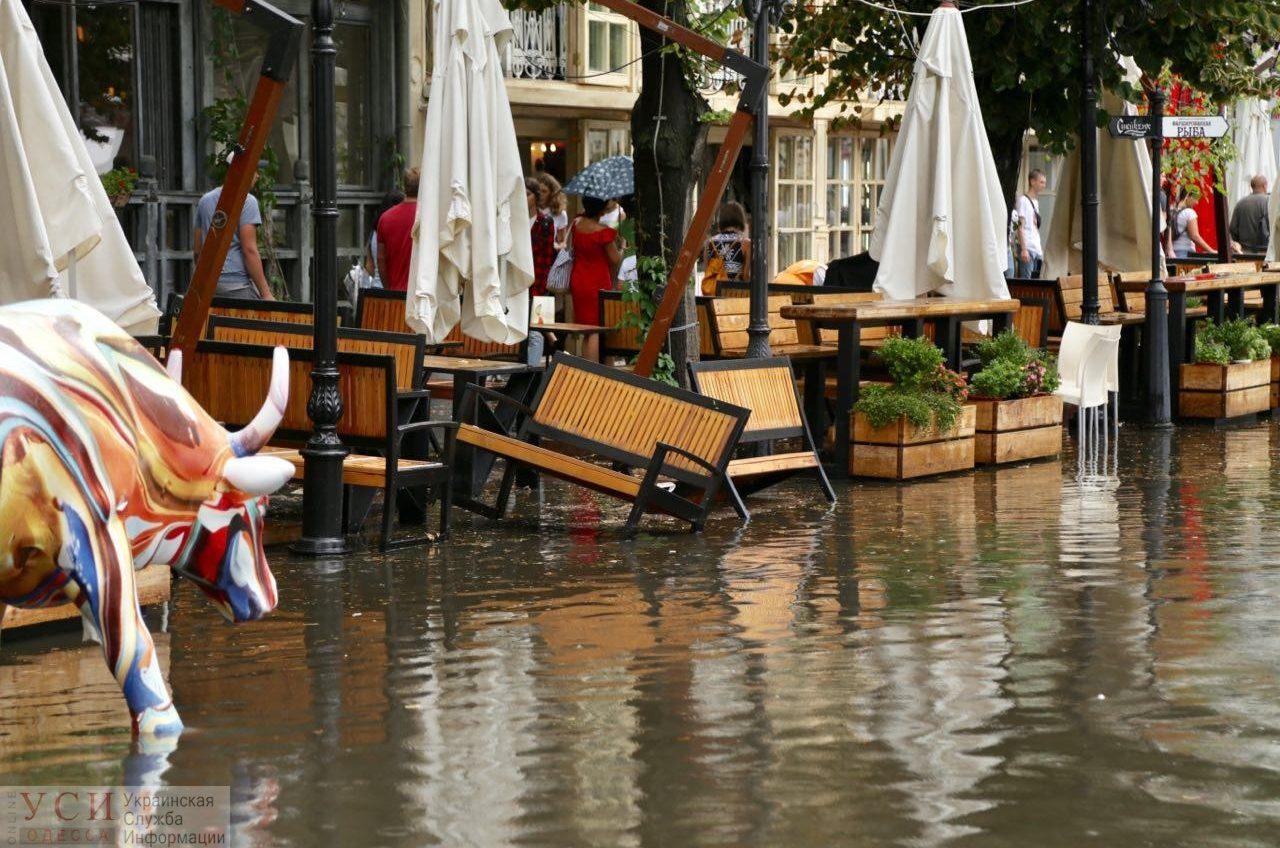 Во время ливня снова затопило Дерибасовскую. Почему так происходит? «фото»