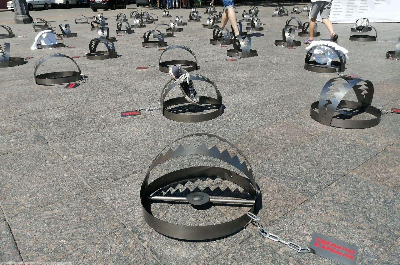 «Заключенные Кремля»: на Приморском бульваре появились капканы, посвященные политзаключенным (фото, видео) «фото»