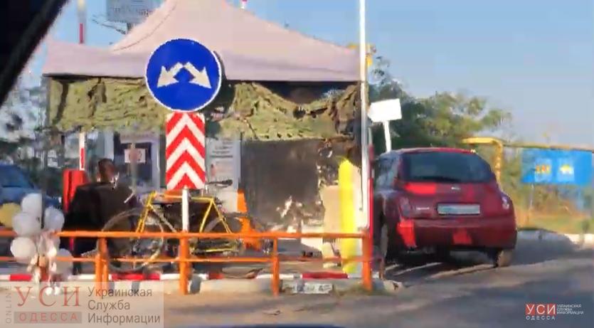Не прошло и дня: парковщики вернули скандальный шлагбаум на 13 станции Большого Фонтана (видео) «фото»