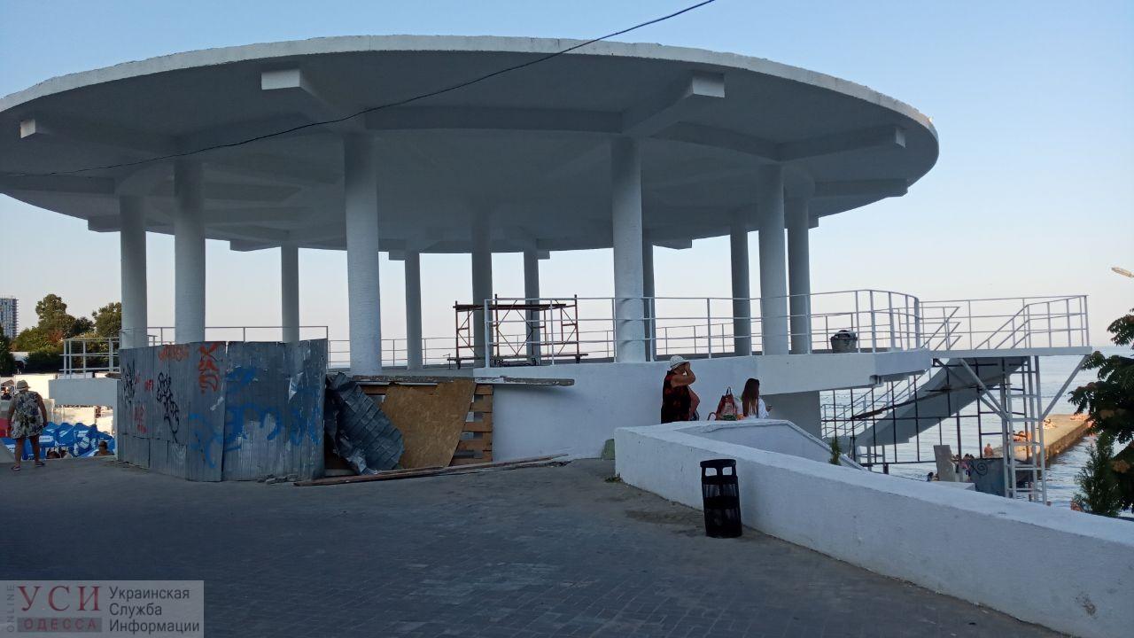 Ротонда в Аркадии в процессе реконструкции стала похожа на мусорку (фото) «фото»