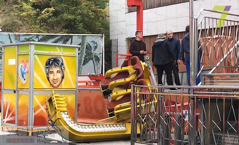 Опасные аттракционы: в Аркадии с «Бомбера» слетела кабина (фото, видео) «фото»