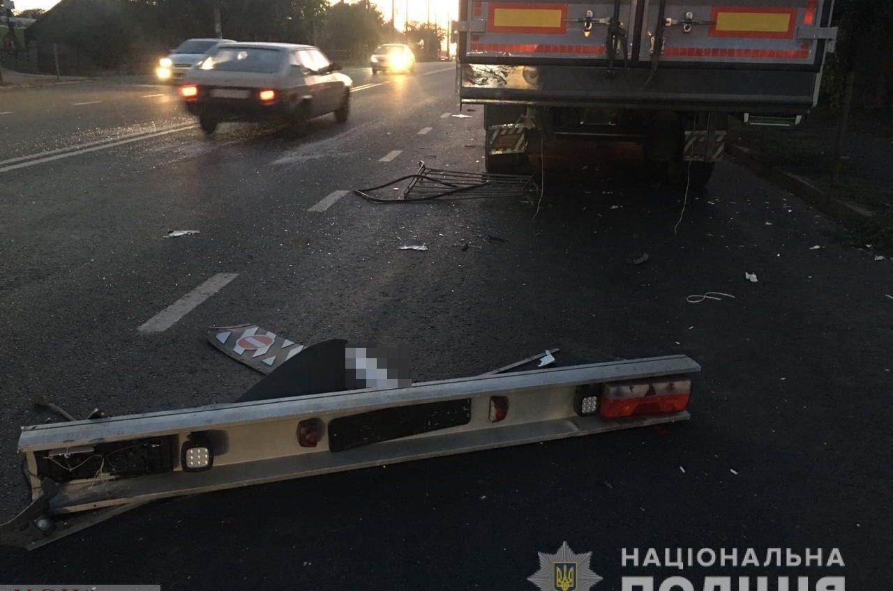 Под Одессой «Жигули» влетели в припаркованную фуру — один пассажир погиб на месте (фото 18+) «фото»