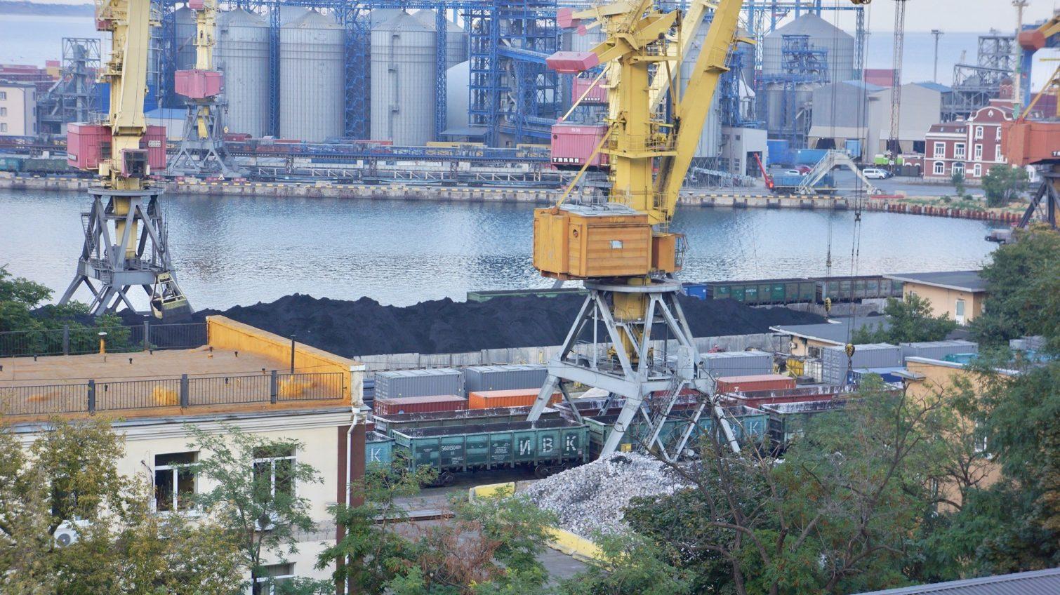 Удар по экологии: в Одесском порту у парка Шевченко снова выгружают железную руду открытым способом (фото) «фото»