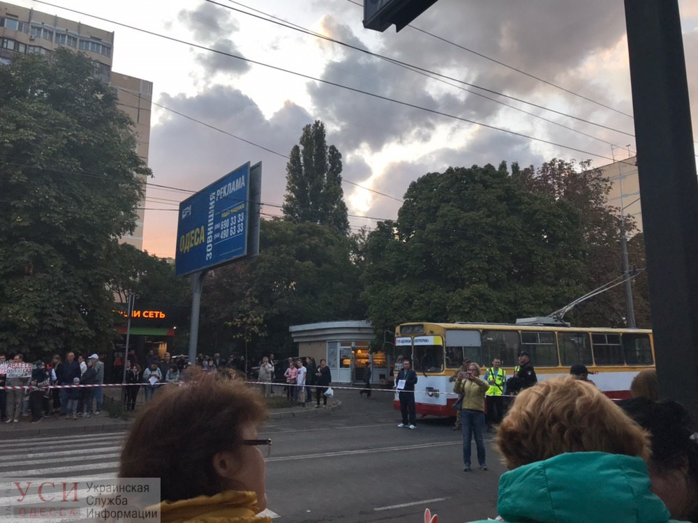 Во время перекрытия дороги на Таирова водитель авто попытался проехать и нанес травмы участнику акции (фото) «фото»