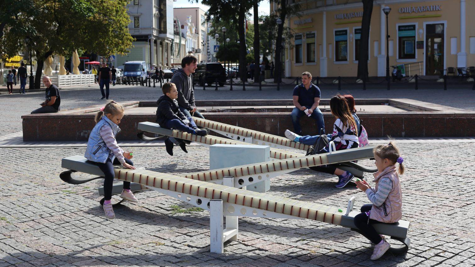 «Бриллиантовые качели» на Греческой площади пострадали от вандалов: им было плохо и без этого (фото) «фото»