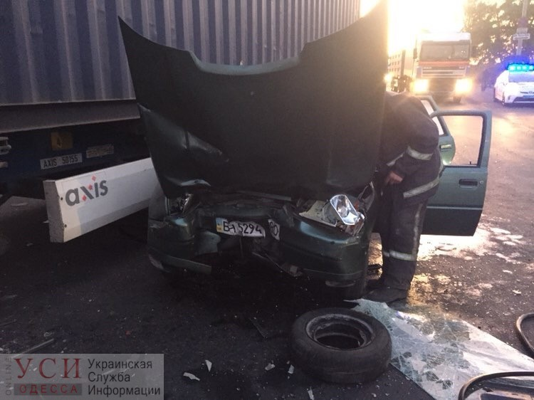 ДТП на Пересыпи: «Таврия» снесла светофор и врезалась в грузовик (фото) «фото»