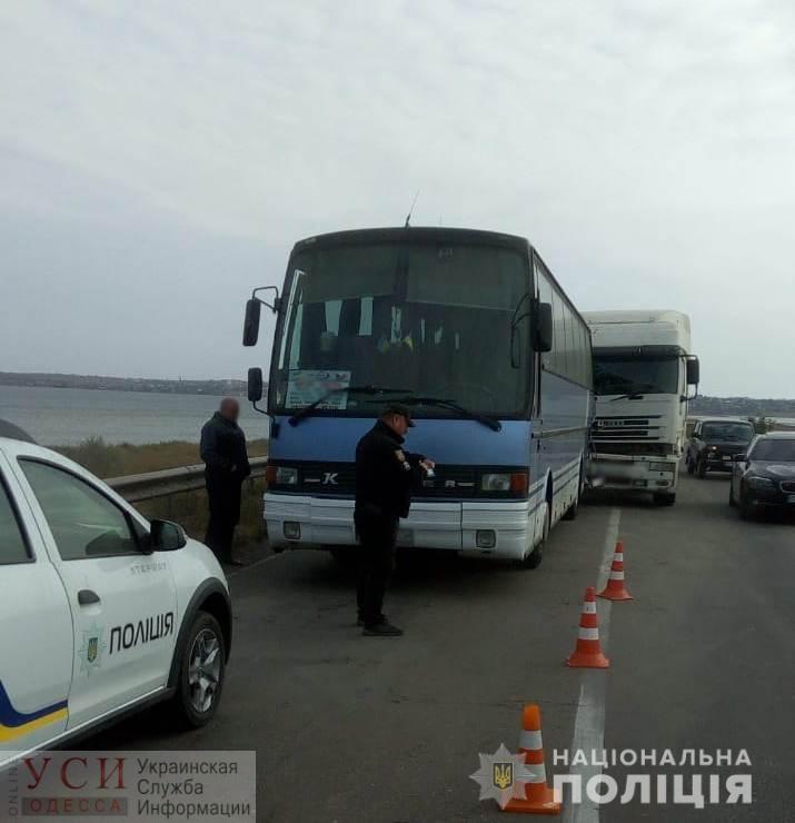 Под Одессой грузовик протаранил автобус с туристами: никто не пострадал «фото»