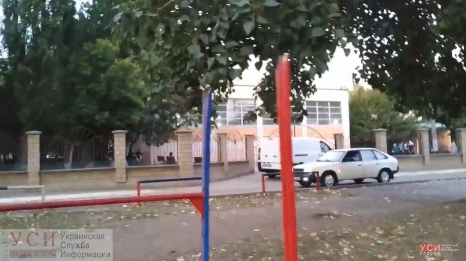 Одесситы просят установить шлагбаум возле школы в Суворовском районе и наказать автомобилистов-нарушителей (видео) «фото»