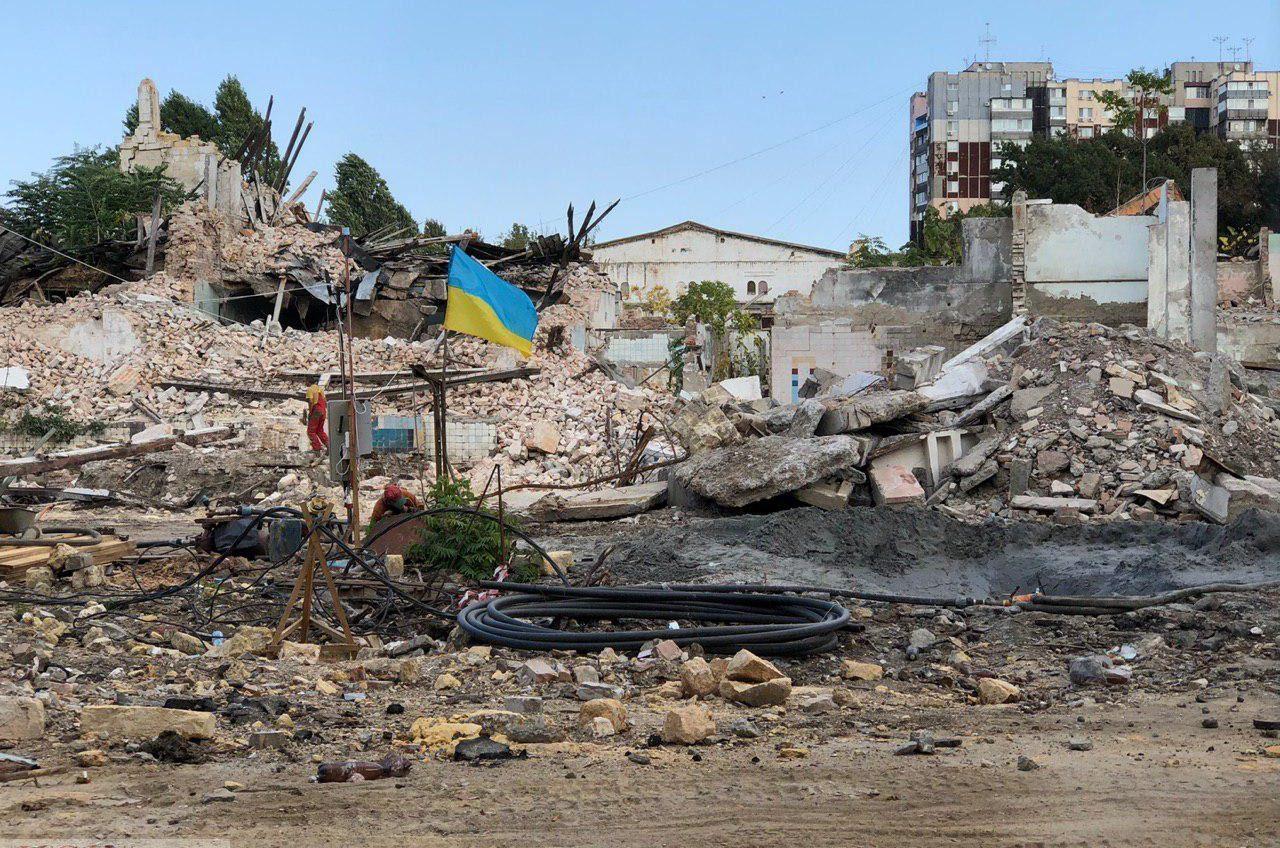 На территории бывшего пивзавода на Гагарина началась стройка: там пилят живые деревья (фото) «фото»