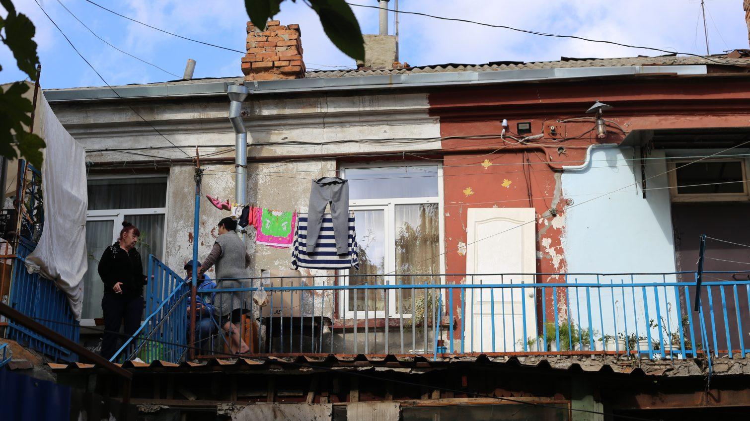Коммунальщики выселяют жильцов аварийного дома в центре Одессы в гостиницу: те говорят, что без документов (фото) «фото»