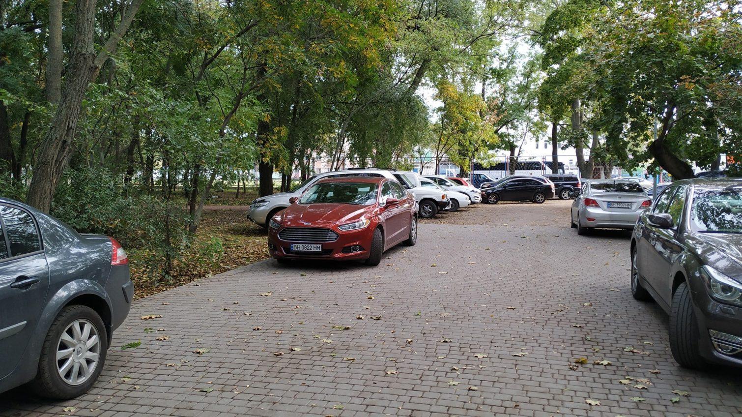 Недореконструкция: в Преображенском парке образовалась автостоянка из-за отсутствия ограды и ворот (фото) «фото»