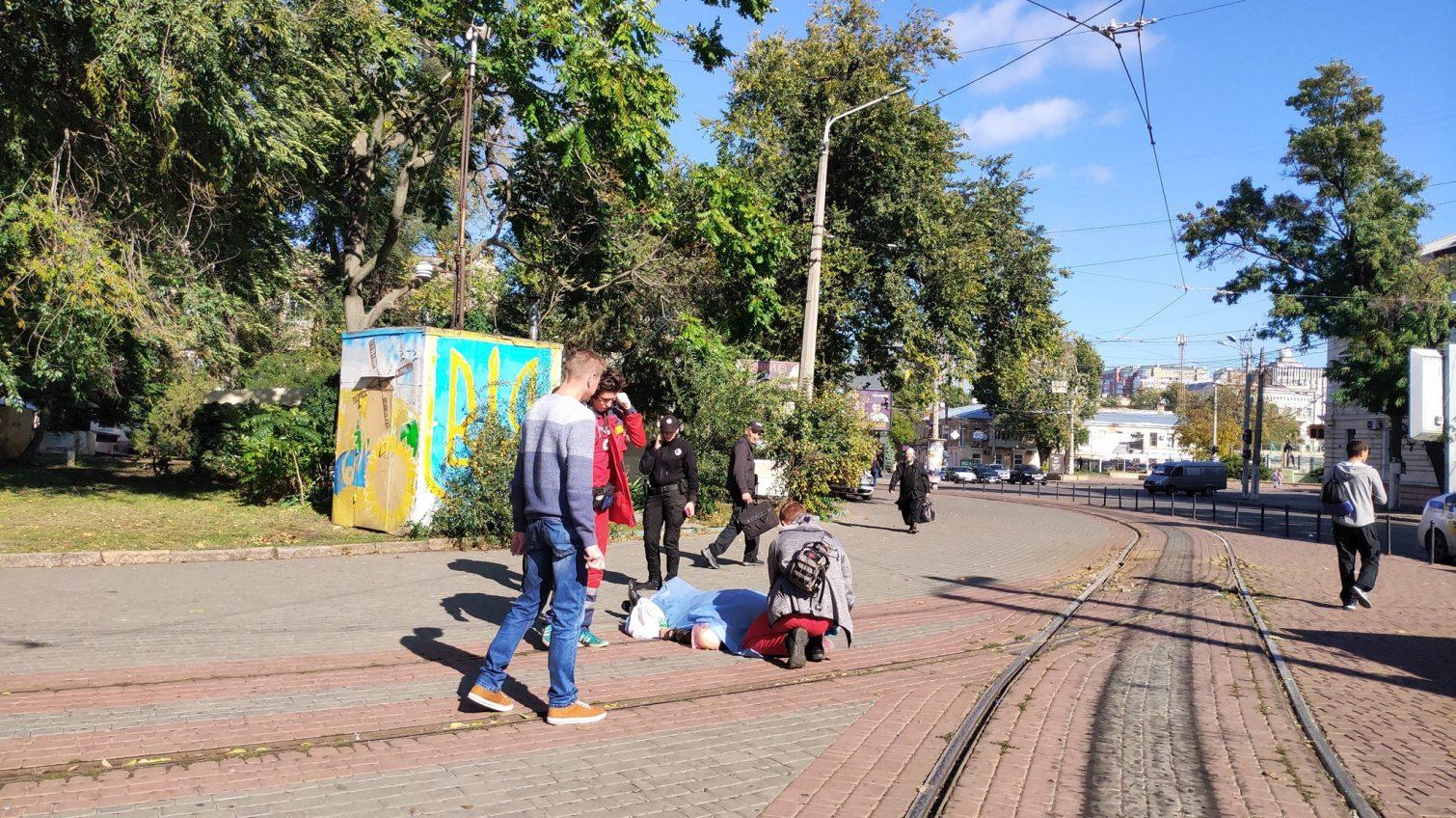 На Куликовом поле возле трамвайных путей умер мужчина (фото) «фото»