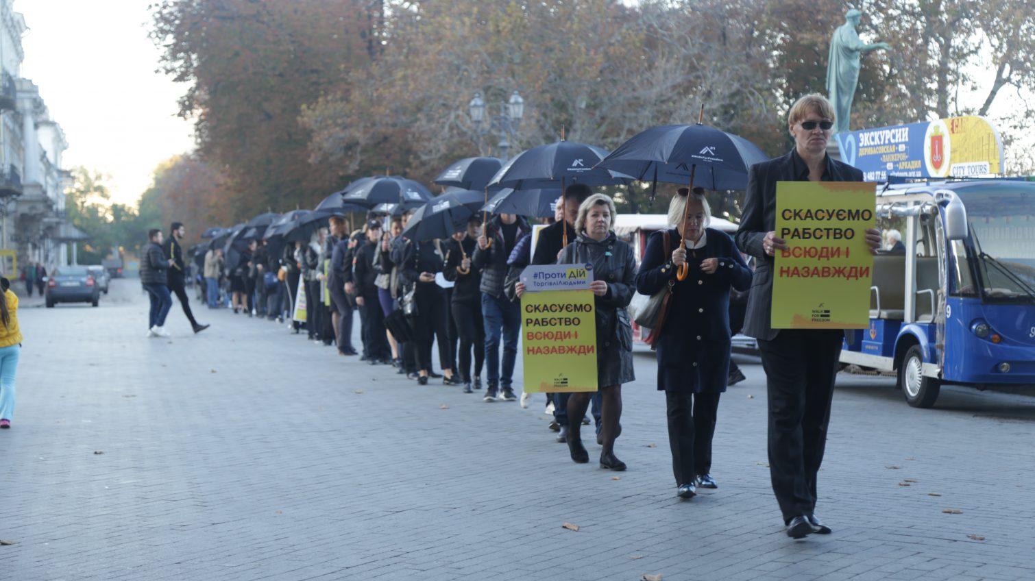Шествие с черными зонтами: в Одессе проходит акция против торговли людьми (фото) «фото»