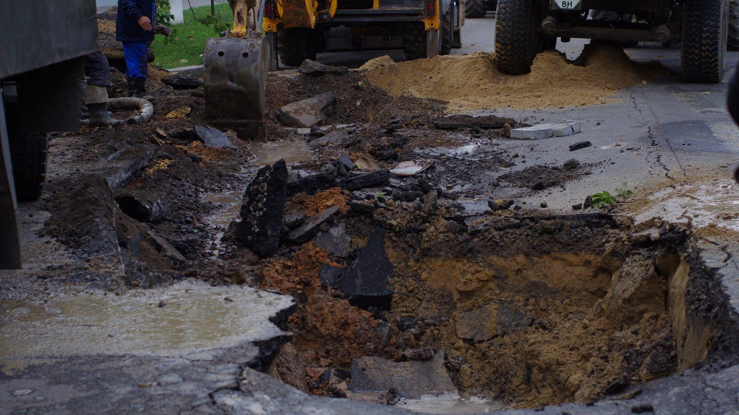 На Говорова из-за аварии водопровода образовался огромный провал (фото) «фото»