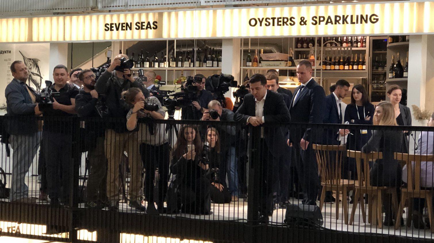 Бекстейдж пресс-марафона Зеленского: атмосфера в фудмаркете и кого президент хочет видеть мэром Одессы (видео) «фото»