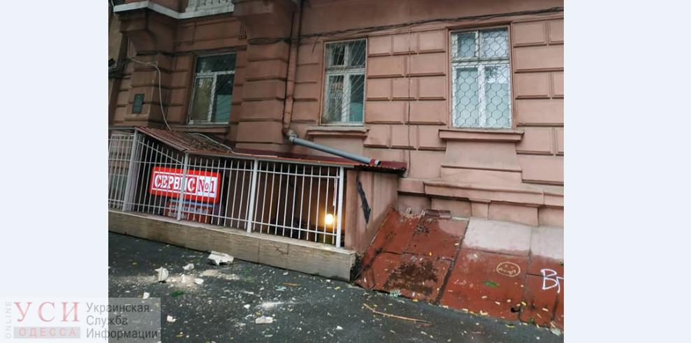 «Ломать — не строить»: одесские коммунальщики продолжают сбивать фасад с памятников архитектуры (фото) «фото»