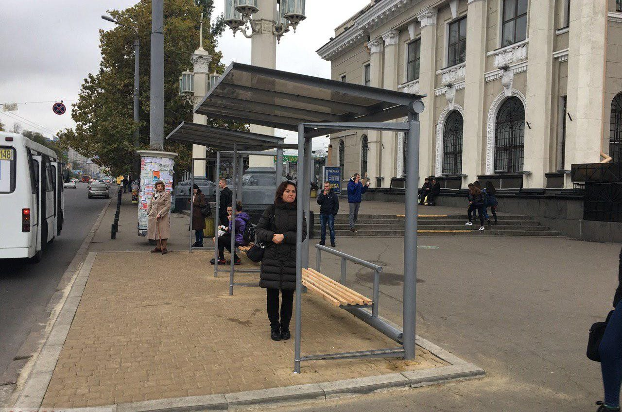 «Распил» бюджета на остановках: как департамент транспорта без тендера отдал миллионы коммерсантам (фото) «фото»