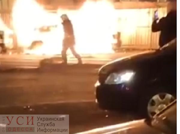 Возле Привоза горел микроавтобус (видео) «фото»