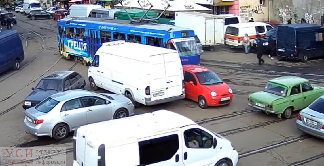 Одесситка на красном «Chery», заблокировавшая движение у Привоза и ставшая звездой Youtube, извинилась, но штраф заплатит «фото»