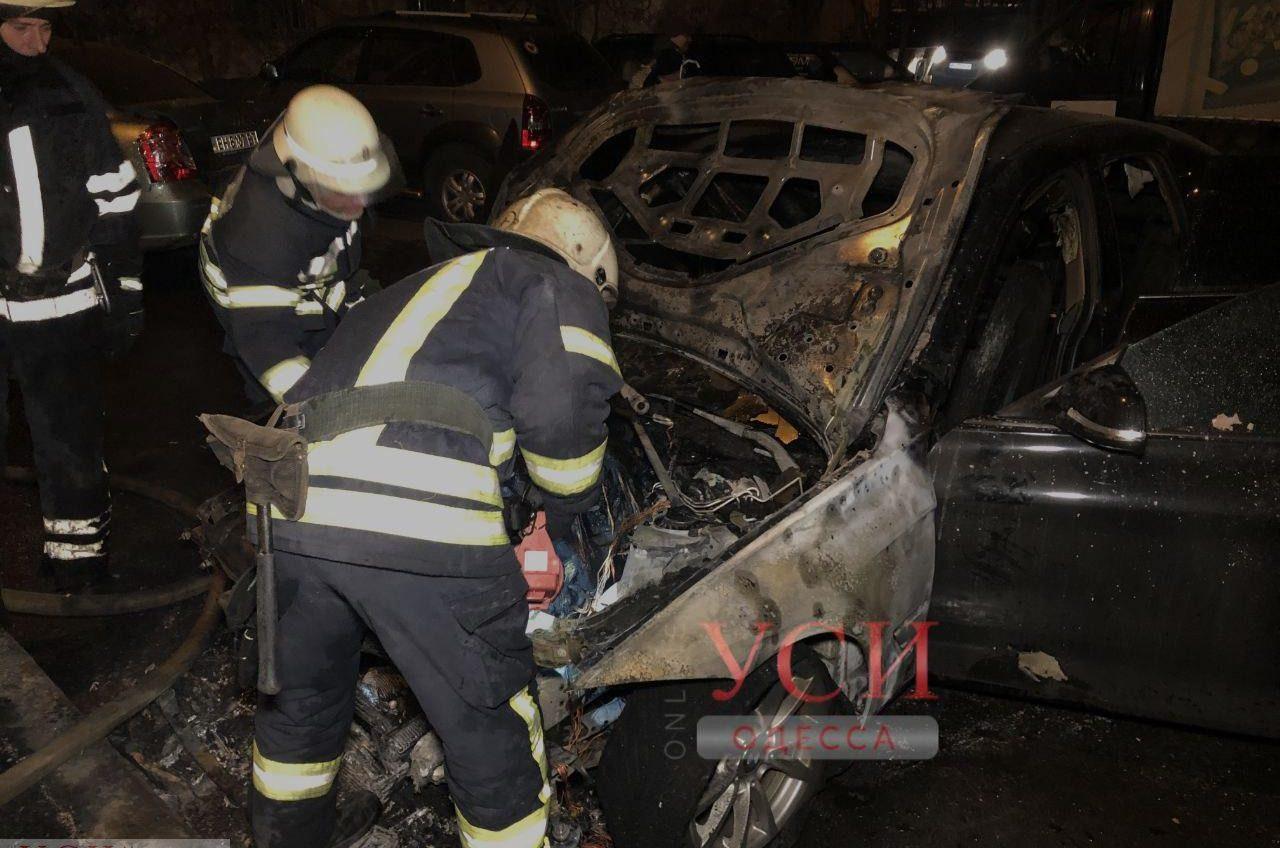 Взрыв на Таирова: загорелся автомобиль (фото, видео) ОБНОВЛЕНО «фото»