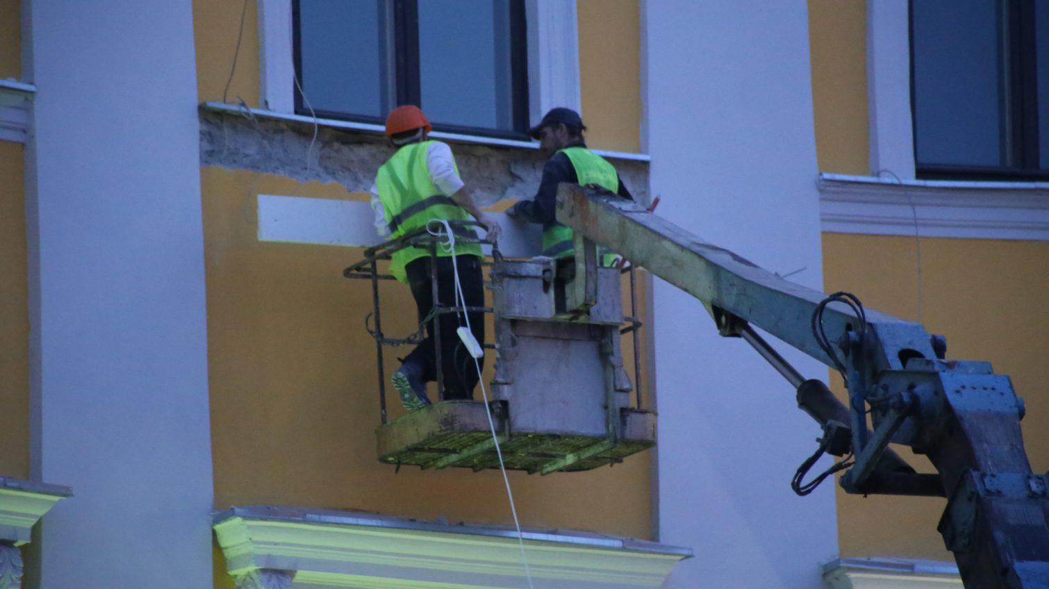 Компания-реставратор дома на Приморском бульваре убирает последствия неудачных работ (фото) «фото»
