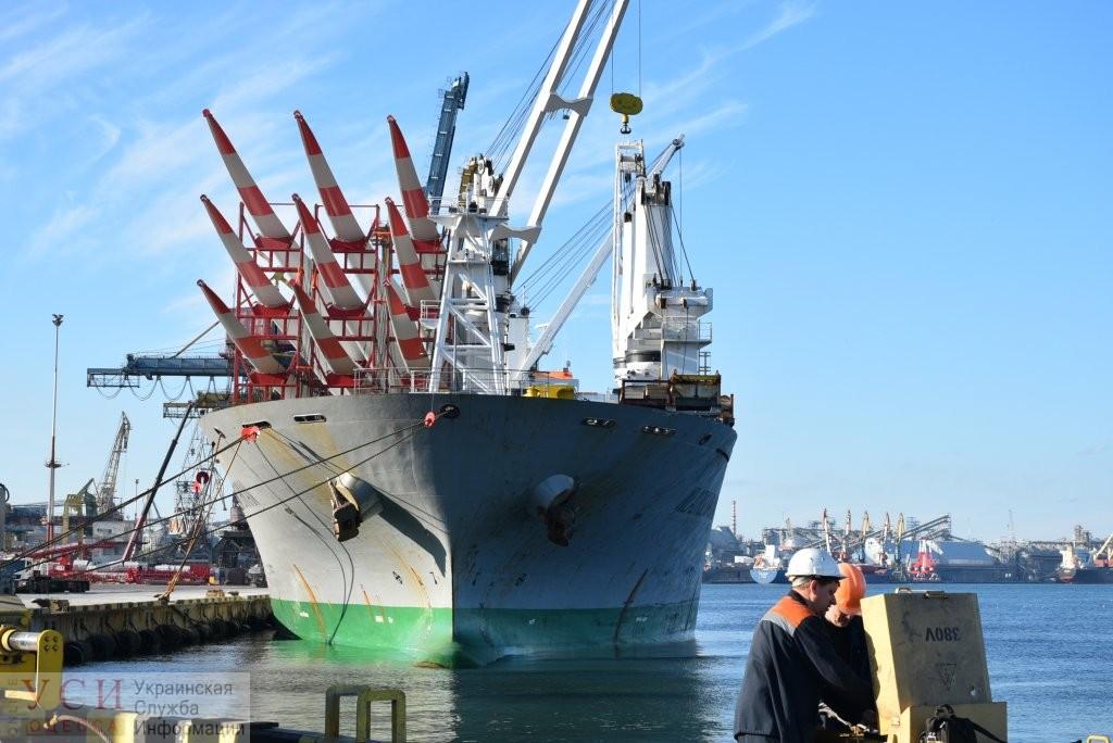Судно с гигантскими лопастями для «зеленых» электростанций разгрузили в Черноморске «фото»