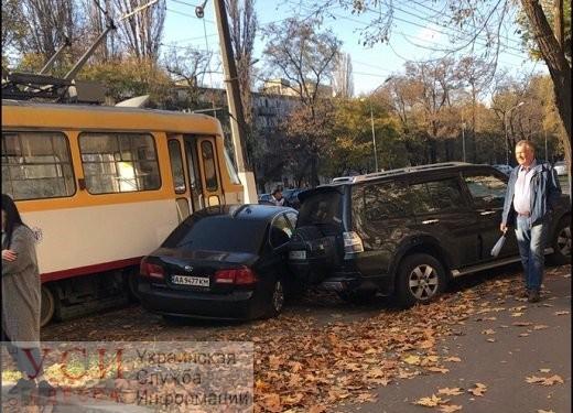 Не пропустил киевлянина: тройное ДТП на 6-й Фонтана сковало движение трамваев (фото) «фото»