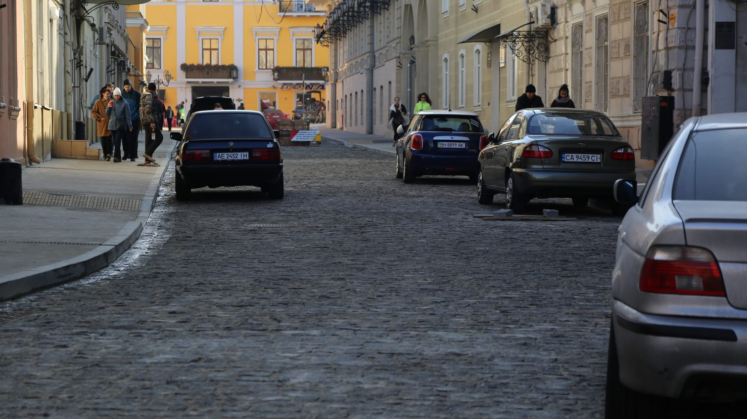 Воронцовский переулок снова превратился в парковку: движение не закрыли (фото) «фото»