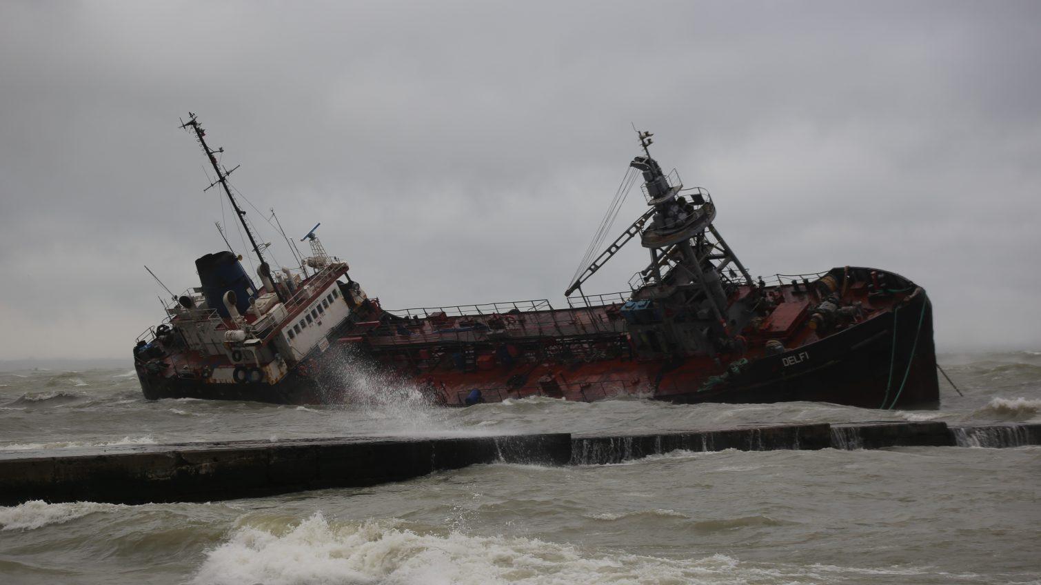 Коммунальщиков и спасателей, которые участвовали в спасательной операции с танкером, отметят наградами «фото»
