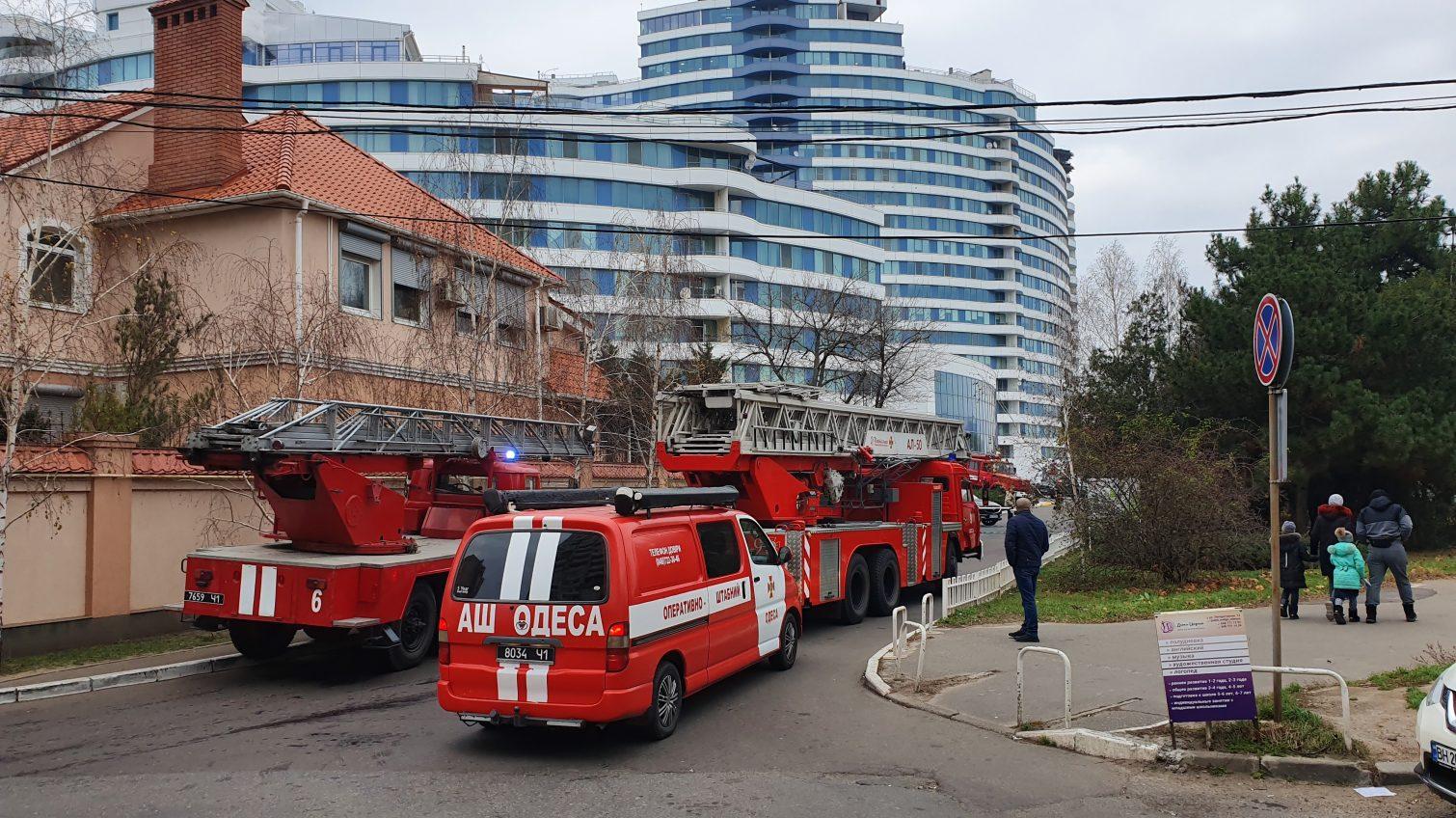 На ложный вызов в ЖК «Белый парус» съехалось 7 пожарных машин (фото) «фото»