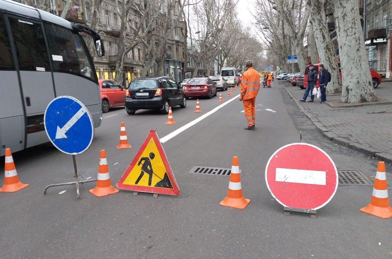 Выделенная полоса на Ришельевской: рабочие обновляют дорожную разметку, которую совсем недавно нанесли (фото, видео) «фото»