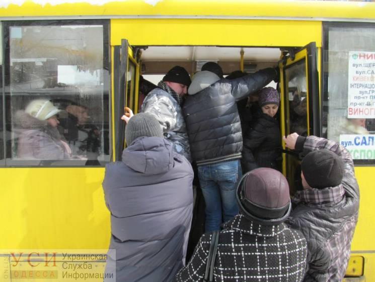 В Одессе из маршрутки на ходу выпала женщина: у пострадавшей перелом и сотрясение мозга «фото»