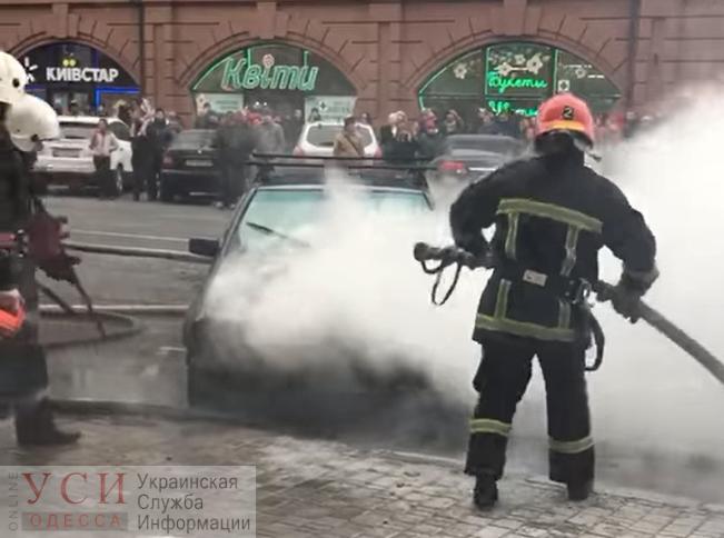 Возле Привоза горела иномарка (видео) «фото»
