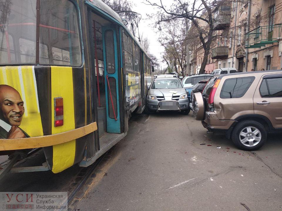 В Одессе автомобиль зажало между трамваем и припаркованными машинами «фото»