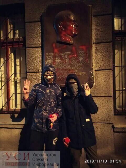 В Одессе залили красной краской памятную доску Жукову (фото) «фото»