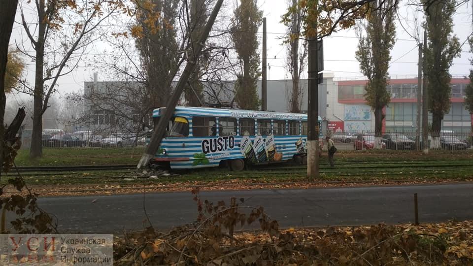 Трамвай №13 слетел с рельсов и врезался в столб: маршрут временно не работает (фото) ОБНОВЛЕНО «фото»
