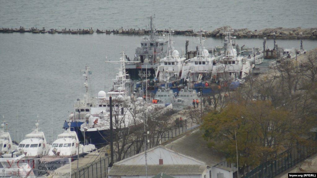 Захваченные украинские корабли покинули порт Керчи «фото»