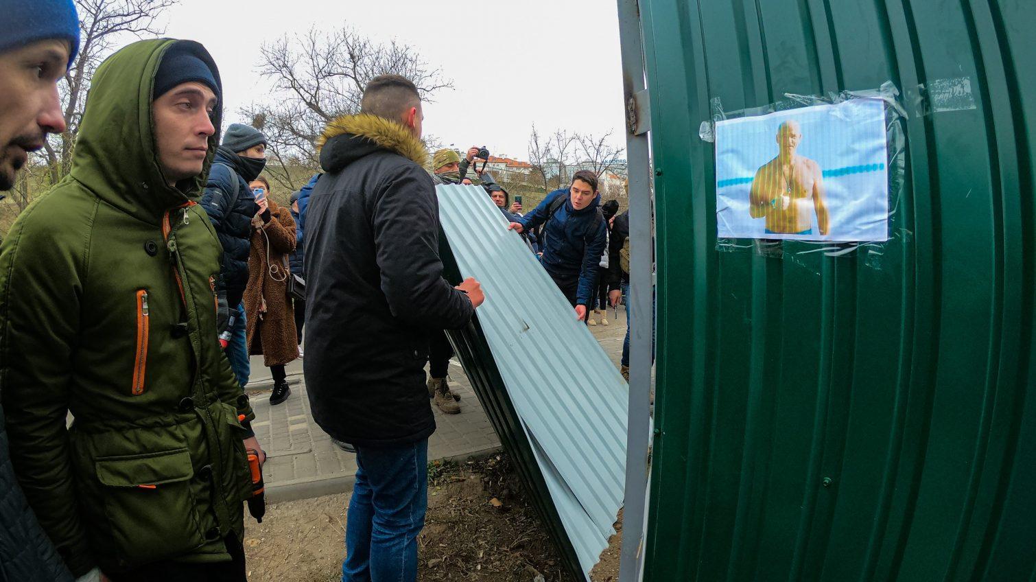 Одесситы снесли забор над пляжем, где может появиться 10-этажка – как это было (фоторепортаж, видео) «фото»