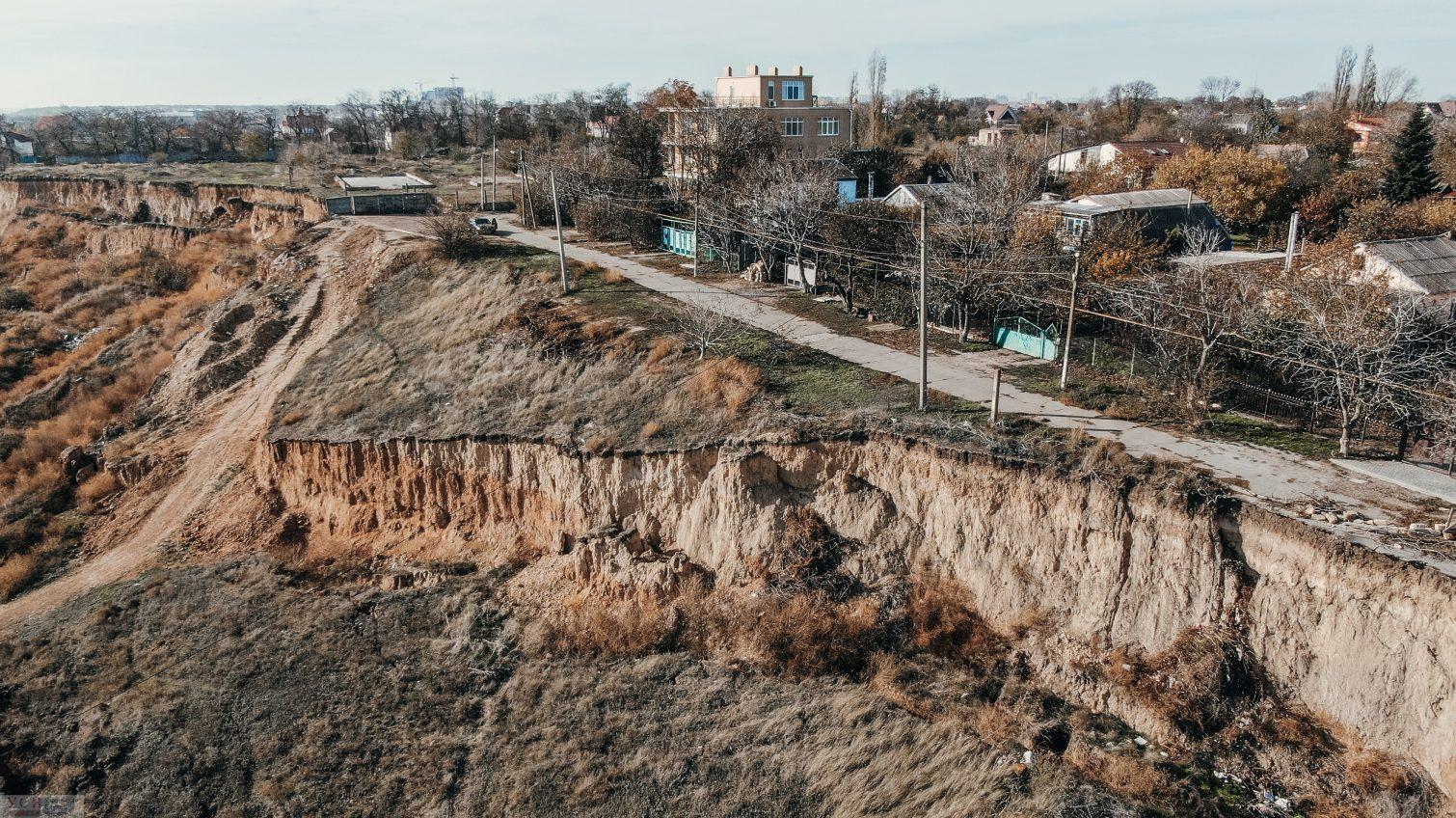 Оползень навис над жилыми домами под склонами в Фонтанке (фото, видео) «фото»
