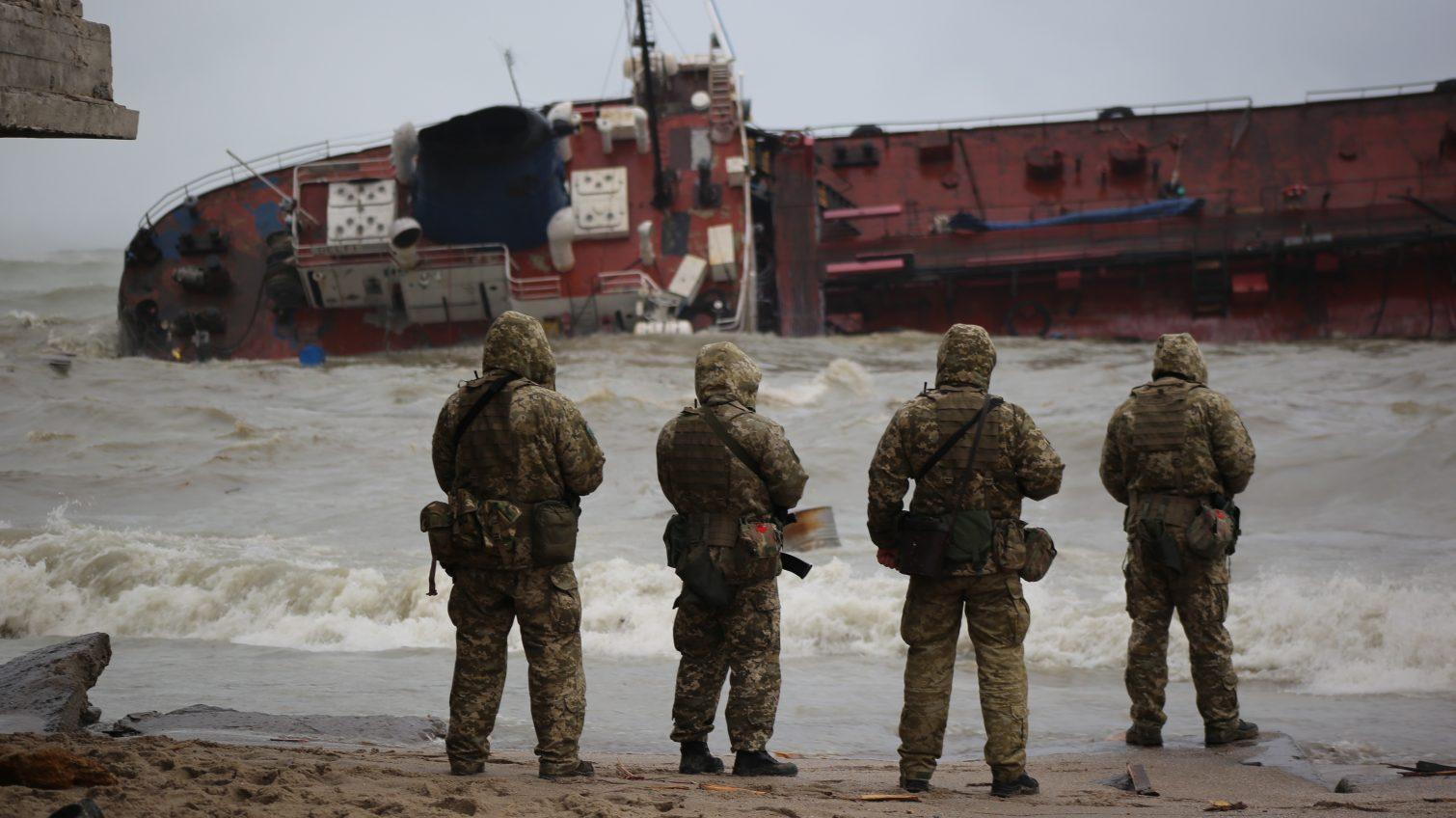 Кораблекрушение в Одессе: танкер выбросило на пляж «Дельфин» (фоторепортаж, видео) «фото»