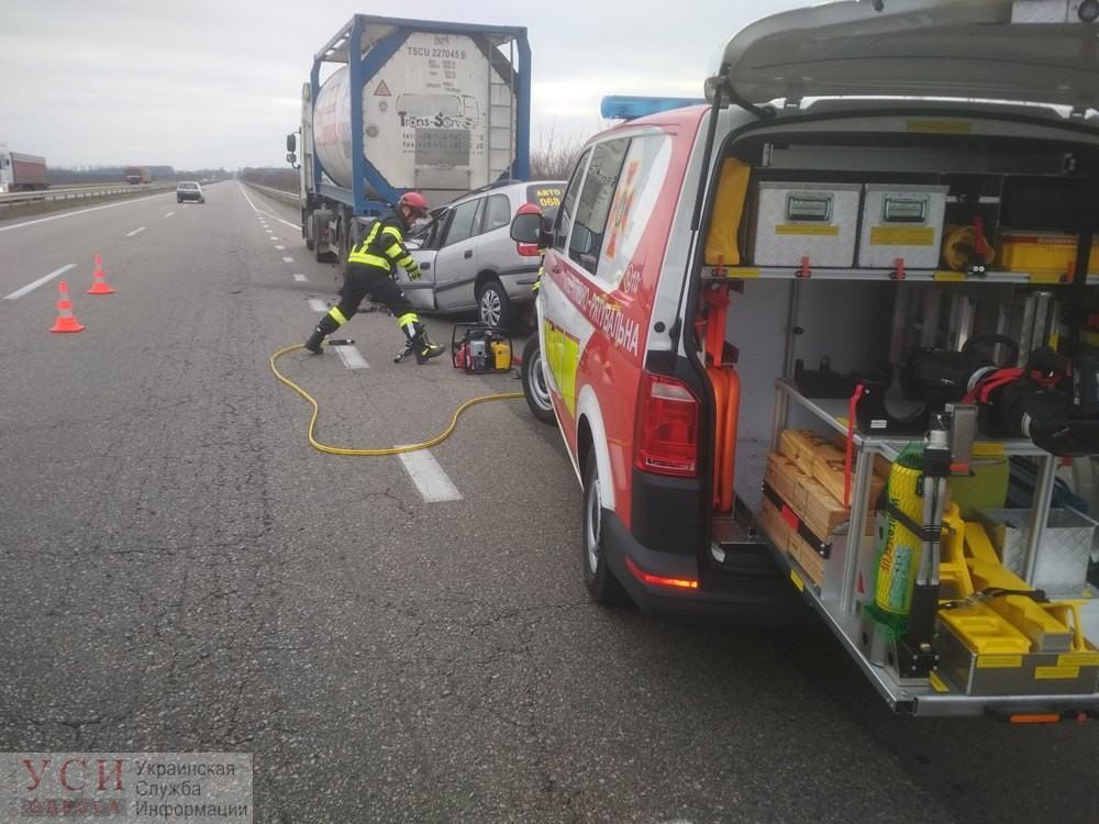 На трассе Одесса-Киев легковушка влетела в фуру: погибшего водителя из автомобиля доставали спасатели «фото»
