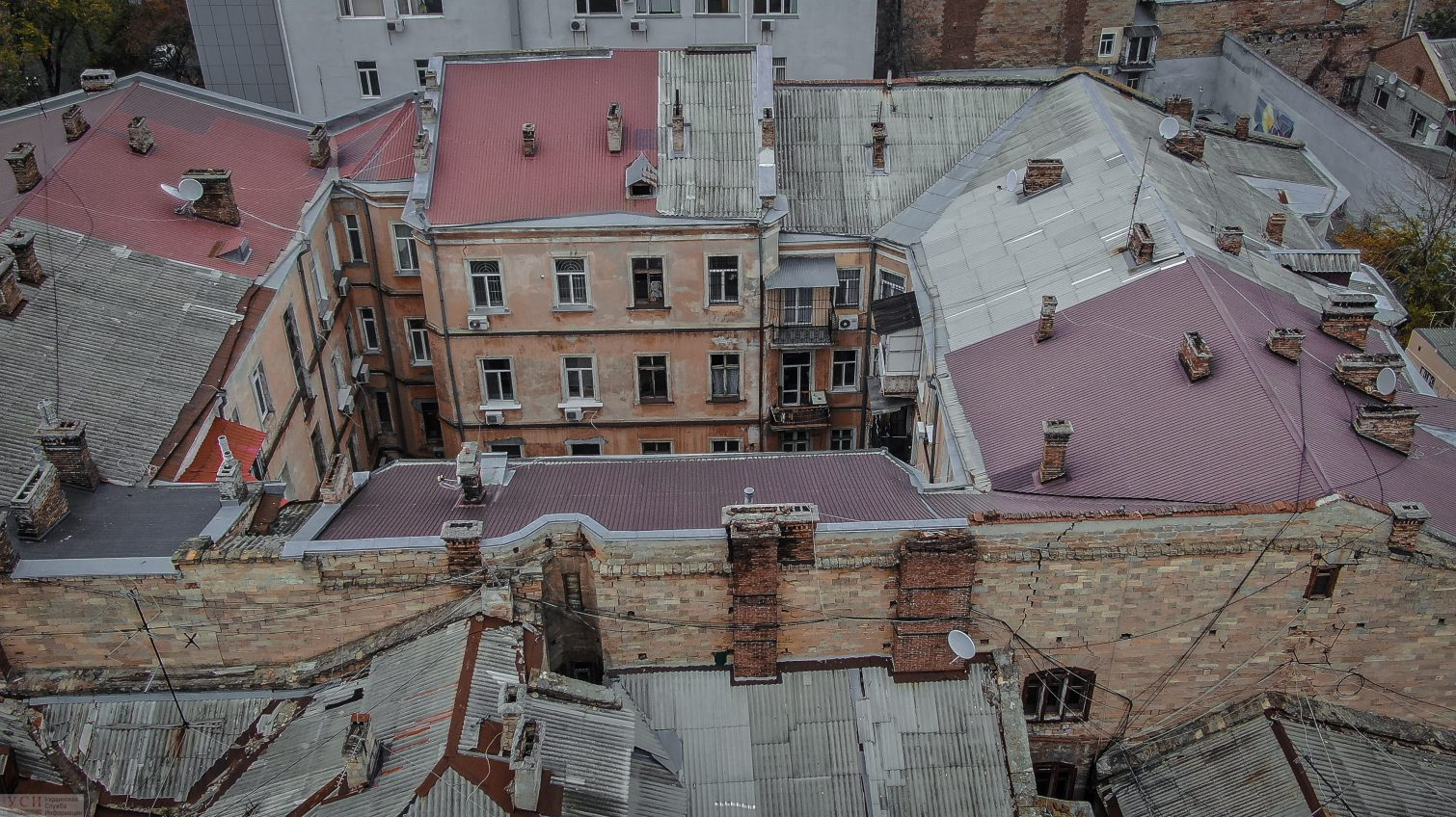 Одесские дворики с высоты: старинные флигели, ветхие крыши и колоритные улочки (фоторепортаж) «фото»