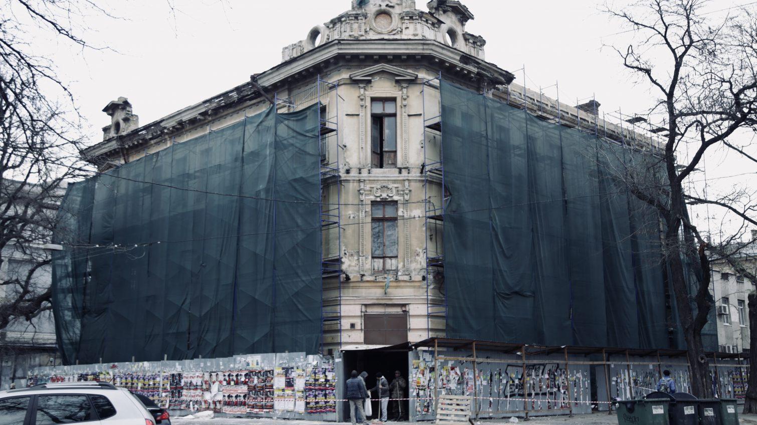 На Александровском проспекте с дома 1901 года постройки сбивают лепнину железным ломом (фото, видео) ОБНОВЛЕНО «фото»